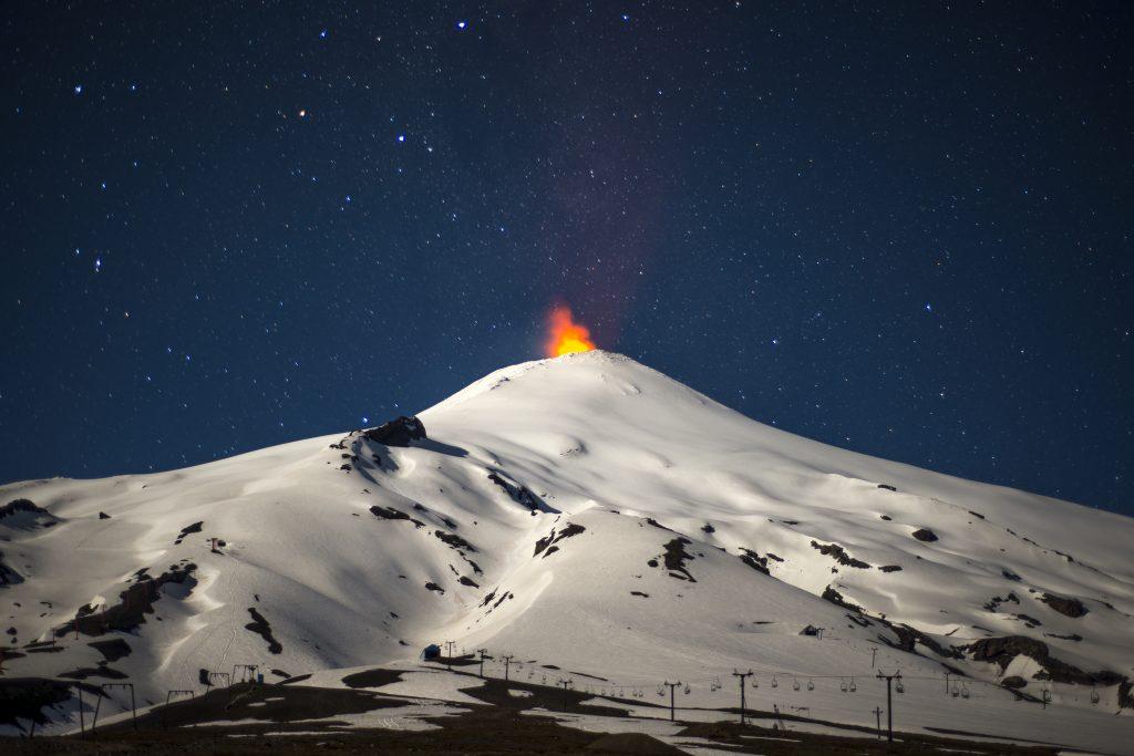 Vulkan Villarica bei Nacht © Josh Phillips